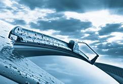Quando deve trocar as escovas limpa-vidros do seu carro? Conselhos para detectar o seu desgaste